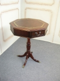 Osmihranný stolek